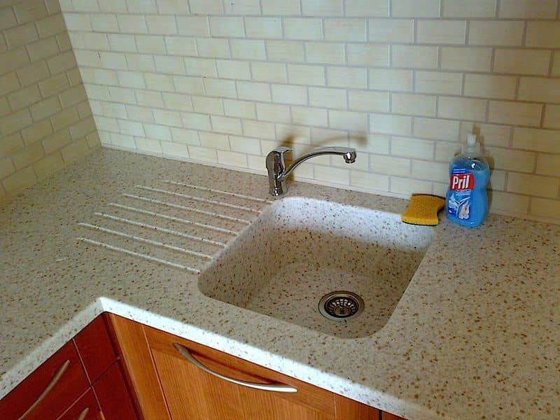 Установка раковины из искусственного камня на кухне