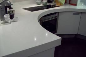 Столешница белоснежного цвета из искусственного камня